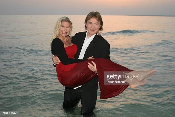 Chris Roberts, Ehefrau Claudia Roberts, Urlaub, Strand Es Trenc/Mallorca/Spanien, , Balearen, Meer, Mittelmeer, Abendgarderobe, Smoking, Abendkleid,...