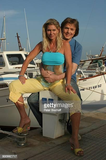 Chris Roberts, Ehefrau Claudia Roberts, Urlaub, Umarmung, Puerto Colom/Mallorca/Spanien, , Balearen, Boote, Anleger, Hafen, Sänger, Sängerin,...