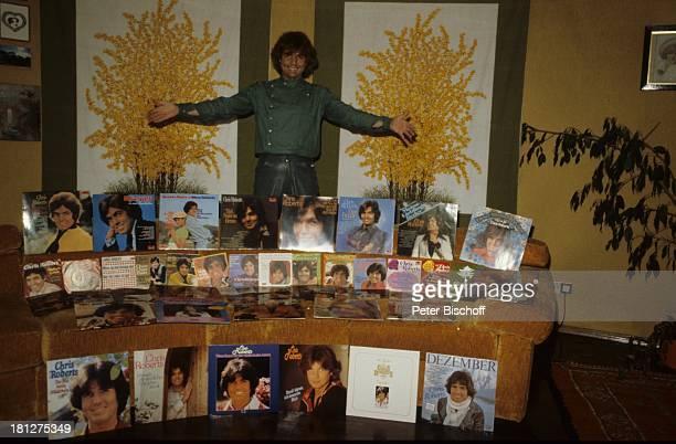 Chris Roberts Homestory Rosenheim Bayern Deutschland Wohnzimmer Plattensammlung Schallplatte PlattenCover alle Singles und LP's stolz SchlagerSänger...