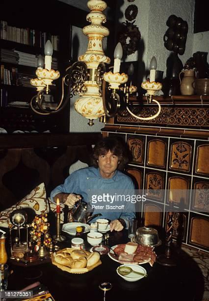 Chris Roberts Homestory Rosenheim Bayern Deutschland Kaminzimmer KachelOfen Frühstück Brötchen Tee eingießen einschenken Kanne Tasse antike Lampe...