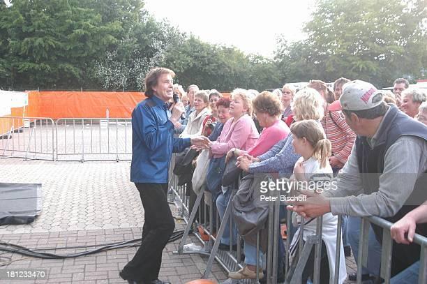 Chris Roberts Startreff Möbelhaus Meyerhoff OsterholzScharmbeck Auftritt singen Mikrofon Publikum Fans Sänger Schlagersänger Promis Prominente...