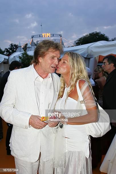 """Chris Roberts Und Ehefrau Claudia Roberts Bei Der Verleihung Des """"Brisant Brillant"""" Im Tipi Zelt Am Kanzleramt In Berlin Am 030905 ."""