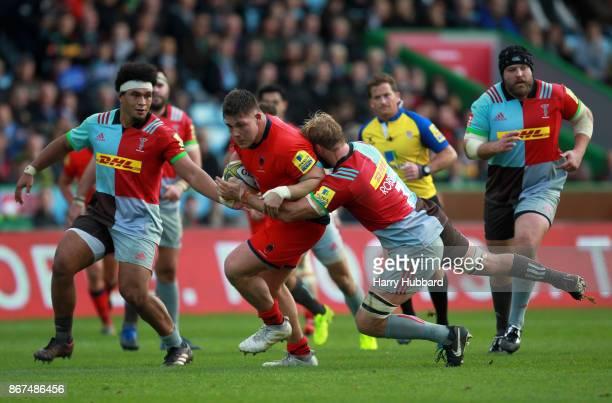 Chris Robshaw of Harlequins and Ethan Waller of Worcester Warriors in action during the Aviva Premiership match between Harlequins and Worcester...