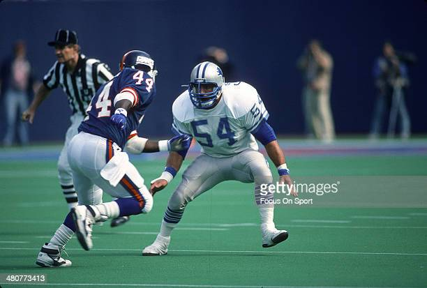Chris Spielman of the Detroit Lions guards Maurice Carthon of the New York Giants during an NFL football game November 18 1990 at The Meadowlands in...