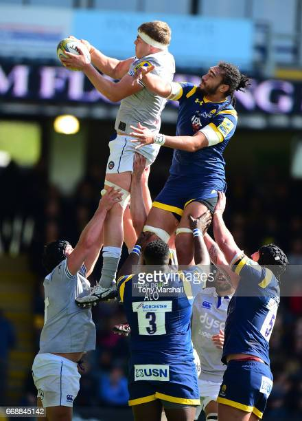 Chris Vui of Worcester Warriors challenges Tom Ellis of Bath Rugby in the line out during the Aviva Premiership match between Worcester Warriors and...