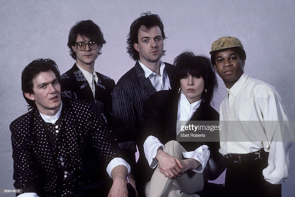 Photo of Chrissie HYNDE and PRETENDERS and Robbie McINTOSH and Blair CUNNINGHAM; L-R. Malcolm Foster, ?, Robbie McIntosh, Chrissie Hynde, Blair Cunningham