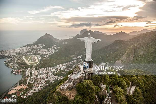 christ the redeemer statue on corcovado - brazilië stockfoto's en -beelden