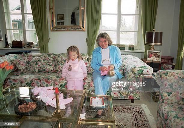 Christa Clarin Ehefrau v Hans Clarin Enkelin Leonie Homestory Moserhof Aschau am Chiemsee/ Bayern Puppe spielen