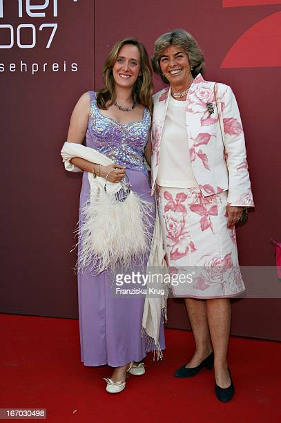 Christa Clarin Und Tochter Anna Bei Der Verleihung Des Bayerischen Fernsehpreises In München Am 260507