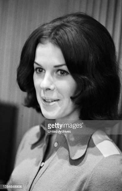 Christa Stadel, Ehefrau des deutschen Stimmenimitators und Sängers Kurt Stadel, Deutschland 1960er Jahre.