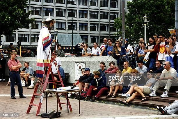 """Christchurch auf der Südinsel: Redner """"The Wizard"""" unterhält das Publikum auf dem Cathedral Square - 1999"""
