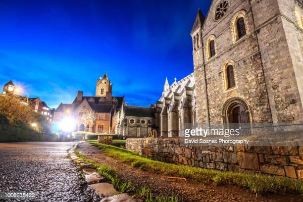 christchurch cathedral at night in dublin city, ireland - dublin república da irlanda - fotografias e filmes do acervo