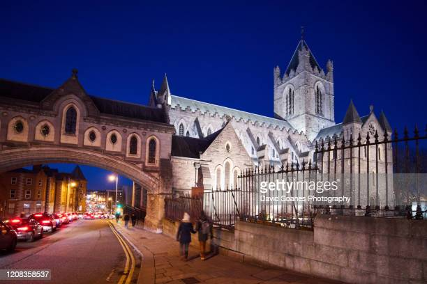 christchurch cathedral at night in dublin city, ireland - david soanes stock pictures, royalty-free photos & images