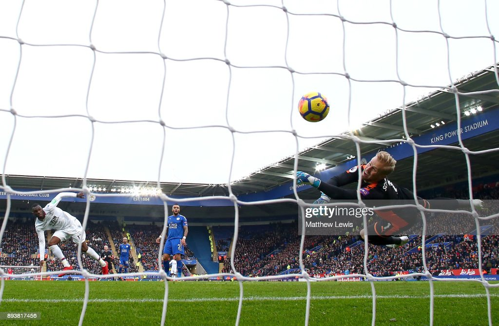 Christian Benteke of Crystal Palace scores his sides first goal during the Premier League match between Leicester City and Crystal Palace at The King Power Stadium on December 16, 2017 in Leicester, England.