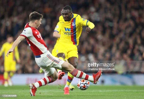 Christian Benteke of Palace scores the equalising goal during the Premier League match between Arsenal and Crystal Palace at Emirates Stadium on...