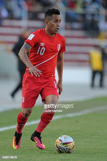 Christian Cueva of Peru drives the ball during a match between Bolivia and Peru as part of FIFA 2018 World Cup Qualifiers at Olimpico Hernando Siles...