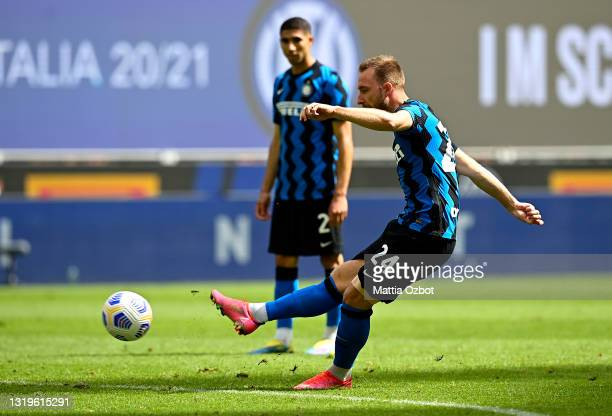 Christian Eriksen of FC Internazionale scores his side's second goal during the Serie A match between FC Internazionale Milano and Udinese Calcio at...