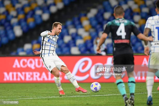 Christian Eriksen of FC Internazionale scores their team's first goal during the Serie A match between SSC Napoli and FC Internazionale at Stadio...