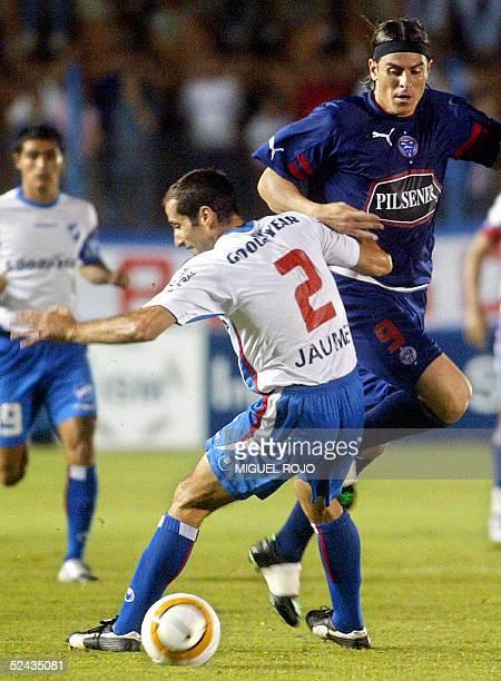 Christian Gomez de Olmedo de Ecuador le pasa el balon entre las piernas a Diego Jaume de Nacional de Montevideo el 16 de marzo de 2005 en Montevideo...