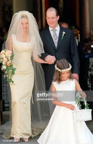 Christian Gunnar Sachs Sohn von AltPlaboy Gunter Sachs verlässt mit seiner Frau Tania nach ihrer Hochzeit am 3171999 die St VitusKirche unter der...
