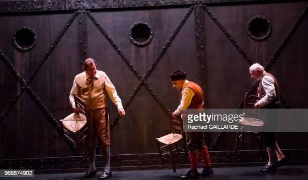 Christian Hecq Gérard Giroudon et Bruno Raffaelli de la ComédieFrançaise interprètent au 'Théâtre du VieuxColombier' la pièce 'Les Rustres' de Carlo...