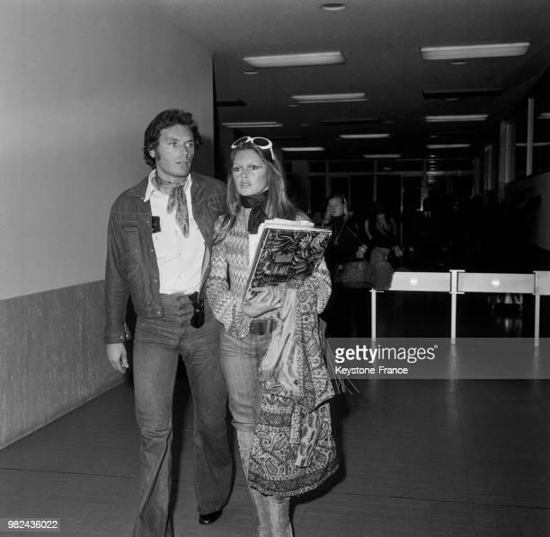 Christian Kalt et Brigitte Bardot à leur arrivée à l'aéroport de Nice en France le 1er avril 1972