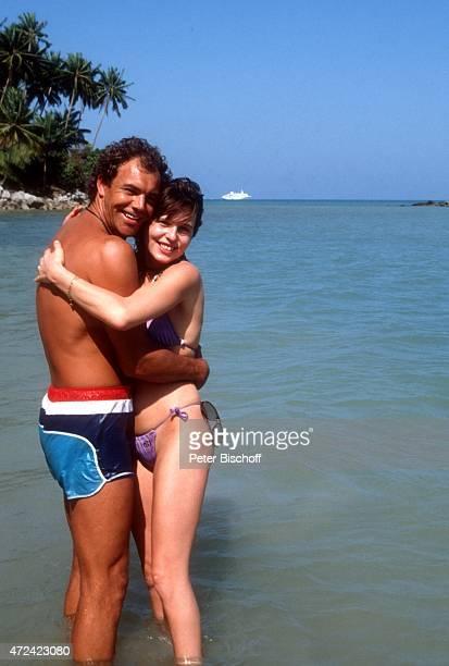 Christian Kohlund Ehefrau Elke Best am Rande der Dreharbeiten zur ZDFReihe Traumschiff Folge 14 Bali am auf Insel Phuket Thailand