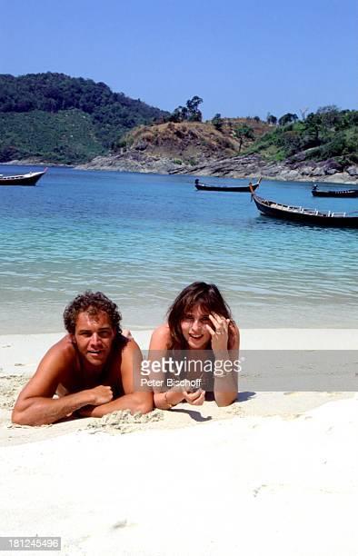 Christian Kohlund Ehefrau Elke Best Am Rande zu den Dreharbeiten ZDF Serie 'Traumschiff' Bali Flitterwochen Strand Meer Bikini Badehose sexy Urlaub...