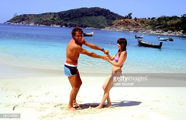 Christian Kohlund Ehefrau Elke Best Am Rande zu den Dreharbeiten ZDF Serie Traumschiff Bali Flitterwochen Strand Meer Bikini Badehose sexy Urlaub...