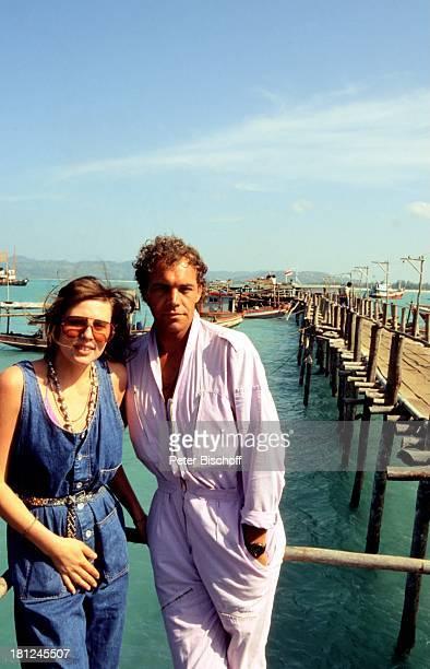 Christian Kohlund Ehefrau Elke Best Am Rande zu den Dreharbeiten ZDF Serie 'Traumschiff' Bali Flitterwochen Meer Hafen Urlaub Schauspieler