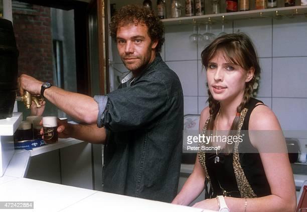 Christian Kohlund Ehefrau Elke Best Pressevorführung zur 6teiligen ARDSerie Die Insel am im CafeGalerie Amerika ist größer in Ratingen Deutschland