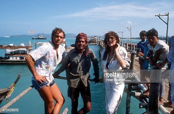 Christian Kohlund Ehefrau Elke Best und Einheimische am Rande der Dreharbeiten zur ZDFReihe Traumschiff Folge 14 Bali am auf Insel Phuket Thailand