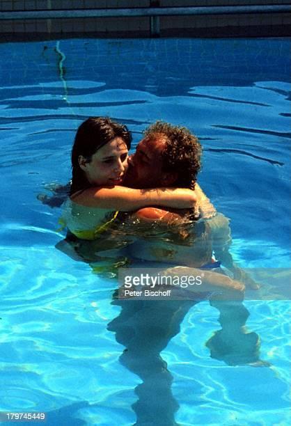 Christian Kohlund Ehefrau Elke Best ZDFReihe Traumschiff Folge 14 Bali Bali/Asien Pool Swimmingpool Kuss küssen verliebt Bikini Urlaub Schauspieler