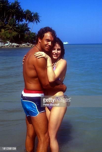 Christian Kohlund Ehefrau Elke Best ZDFReihe 'Traumschiff' Folge 14 'Bali' Bali/Asien Strand Bikini Badehose umarmen Urlaub Promis Promis Prominente...