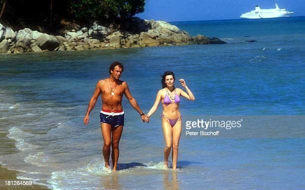Christian Kohlund Ehefrau Elke Best ZDFReihe 'Traumschiff' Folge 14 'Bali' Bali/Asien Strand Bikini Badehose MS 'Berlin' im Hintergrund Kreuzfahrt...