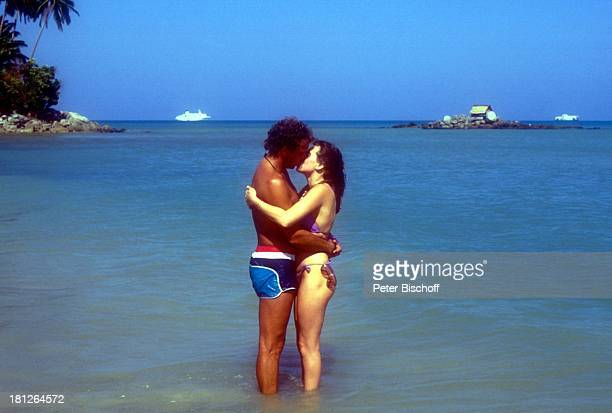 Christian Kohlund Ehefrau Elke Best ZDFReihe Traumschiff Folge 14 Bali Bali/Asien Strand Bikini Badehose Kuß küssen Urlaub Promis Promis Prominente...