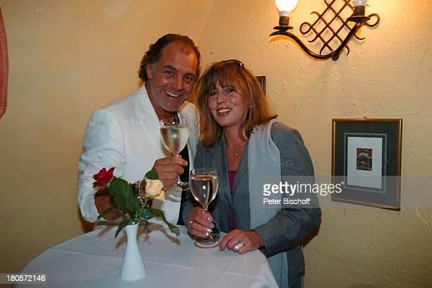 Christian Kohlund Ehefrau Elke BestPörtschach Wörthersee Kärnten sterreich Europa ParkhotelPörtschach anstoßen Wein trinkenWeingläser