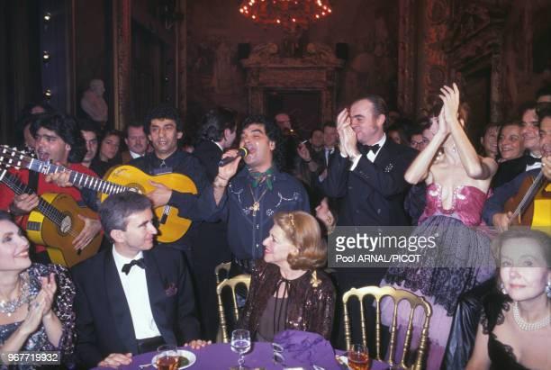 Christian Lacroix et Bernard Arnault à la soirée du lancement du parfum 'C'est la Vie' le 21 janvier 1990 à Paris, France.