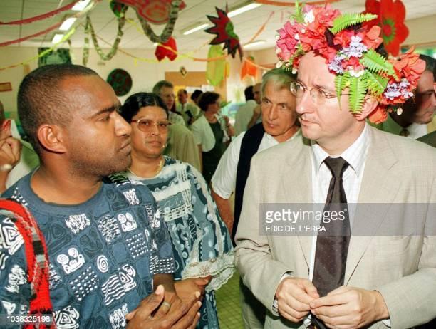 Christian Paul secrétaire d Etat à l'OutreMer rencontre des habitants des quartiers périphériques de Nouméa le 23 octobre 2000 peu après son arrivée...
