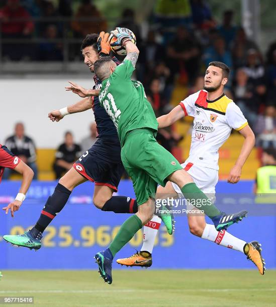 Christian Puggioni of Benevento Calcio vies with Nicolas Spolli of Genoa CFC during the serie A match between Benevento Calcio and Genoa CFC at...