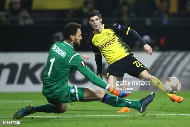 Christian Pulisic of Borussia Dortmund misses a chance past Etrit Berisha of Atalanta during UEFA Europa League Round of 32 match between Borussia...