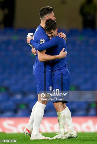 Christian Pulisic of Chelsea FC celebrates with his teammate Mason Mount following the UEFA Champions League Semi Final Second Leg match between...