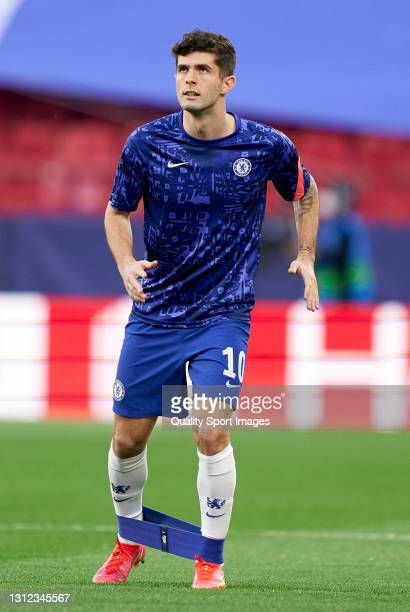 Christian Pulisic of Chelsea FC warms up prior to the UEFA Champions League Quarter Final Second Leg match between Chelsea FC and FC Porto at Estadio...
