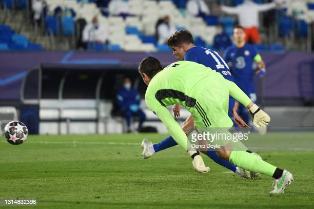 Christian Pulisic of Chelsea scores their side's first goal past Thibaut Courtois of Real Madrid during the UEFA Champions League Semi Final First...