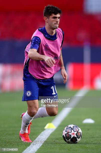 Christian Pulisic of Chelsea warms up prior to the UEFA Champions League Quarter Final Second Leg match between Chelsea FC and FC Porto at Estadio...