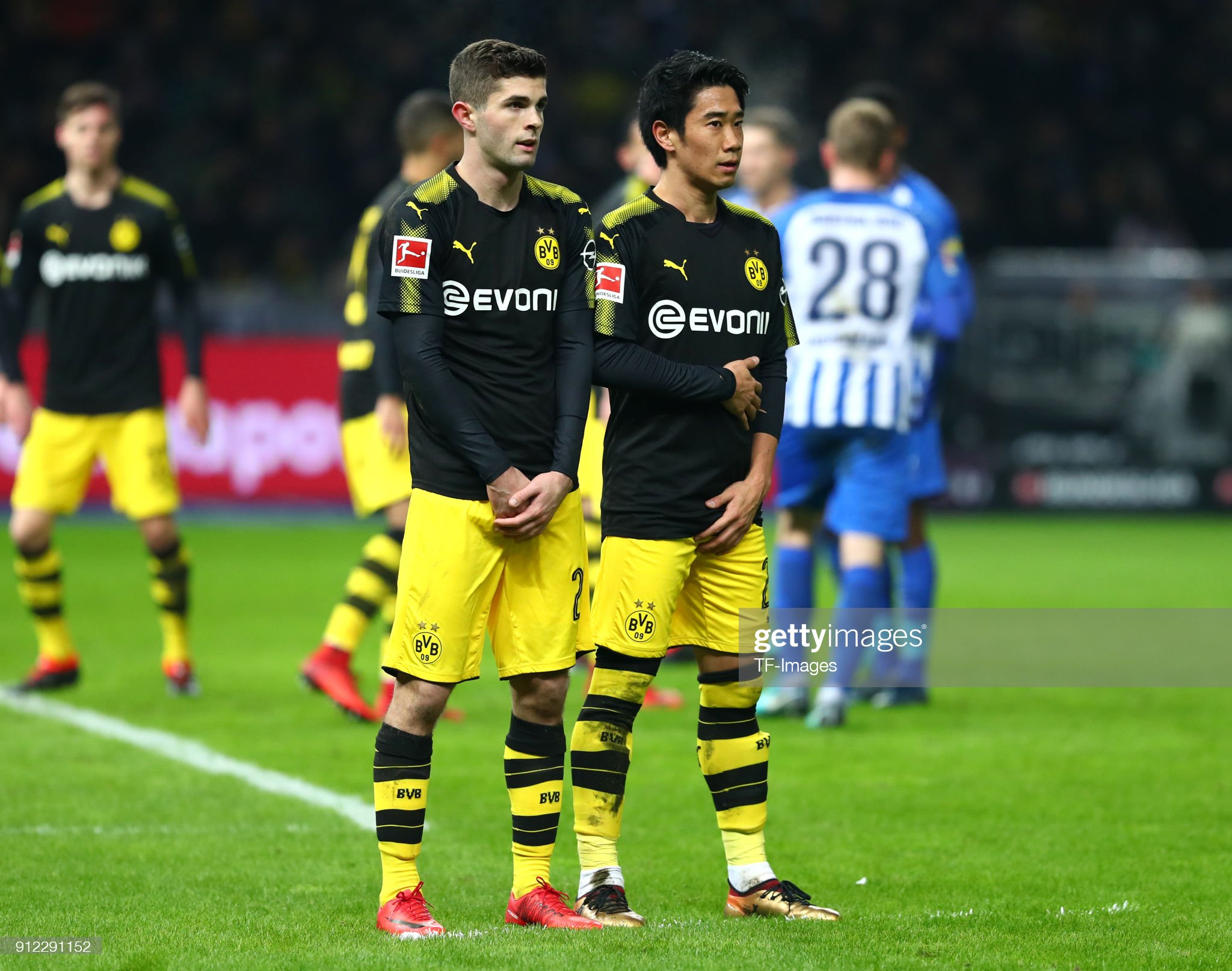 ¿Cuánto mide Shinji Kagawa? - Real height Christian-pulisic-of-dortmund-and-shinji-kagawa-of-dortmund-look-on-picture-id912291152?s=2048x2048