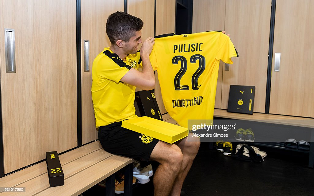 new products 84320 12480 Christian Pulisic revealing the new Borussia Dortmund home ...