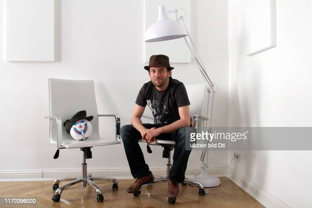 Christian Ulmen deutscher Moderator Entertainer Fernsehproduzent Schauspieler und Schriftsteller fotografiert in seinem Büro in Berlin