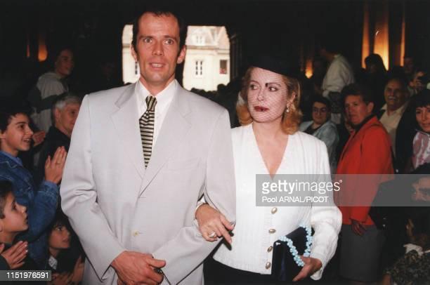 Christian Vadim au bras de sa mère Catherine Deneuve le jour de son mariage à Autun le 21 septembre 1996, France.