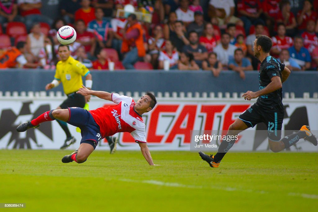 Christian Valdez (L) of Veracruz attempts an overhead kick over Jonathan Bornstein (R) of Queretaro during the fifth round match between Veracruz and Queretaro as part of the Torneo Apertura 2017 Liga MX at Luis 'Pirata' de la Fuente Stadium on August 20, 2017 in Veracruz, Mexico.